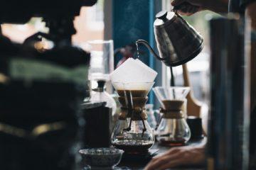Kaffee machen mit Hilfe einer Chemexs